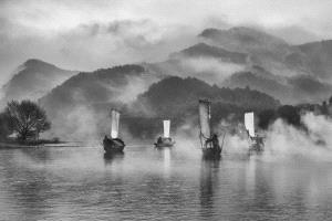 PhotoVivo Honor Mention - Feng Lee (Taiwan) <br /> Sailing In Foggy Lake
