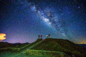 PhotoVivo Gold Medal - Chin-Fa Tzeng (Taiwan) <br /> Fantastic Four_Galaxy On Hehuan Mt In Taiwan_4 People Photographed For 30 Seconds Still
