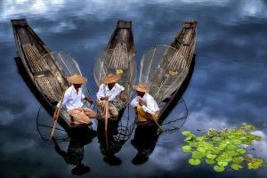 PhotoVivo Gold Medal - Thi Ha Maung (Myanmar)  Waiting For Passenger